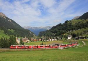 スイス・ベルニナエクスプレス 田舎町をバックに (2)