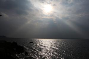 雲の隙間から斜光